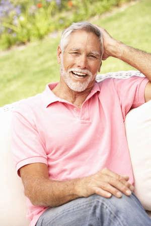 Senior hombre relajante en jardín