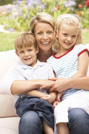 genegenheid: Moeder en kinderen ontspannen In de tuin