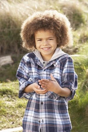 gusanos: Gusano joven explotación agrícola del muchacho al aire libre Foto de archivo