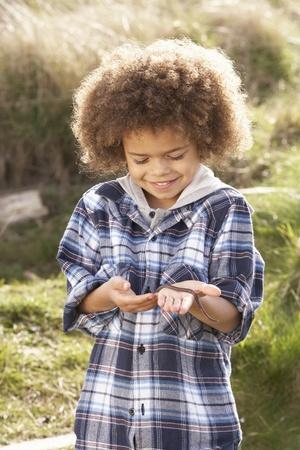lombriz de tierra: Gusano joven explotación agrícola del muchacho al aire libre Foto de archivo