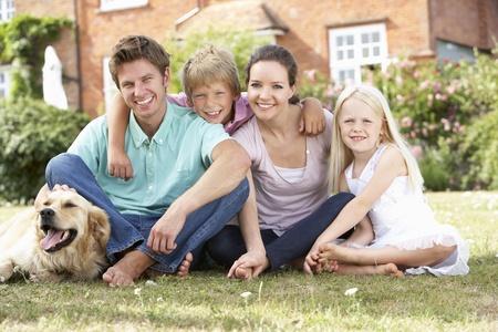 家族の庭で一緒に座って