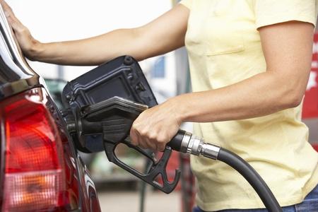 ガソリンスタンドでディーゼルで車を埋める女性の運転手の詳細