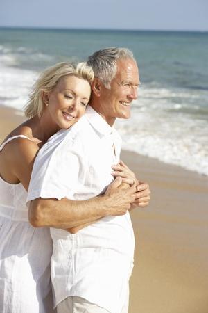 parejas enamoradas: Senior pareja disfrutar de vacaciones de playa