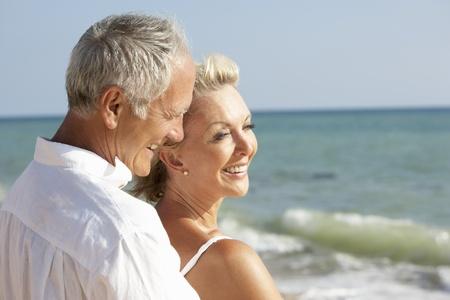 personas abrazadas: Senior pareja disfrutar de vacaciones de playa