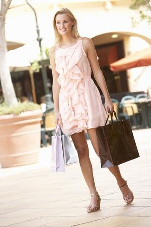 Jeune femme jouissant shopping voyage