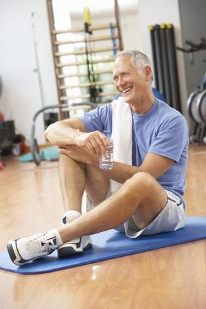 체육관에서 운동 후 휴식하는 남자