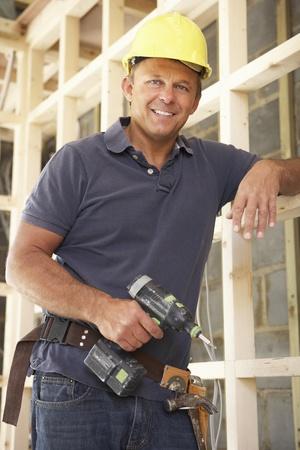 constructor: Marco de madera de construcci�n de trabajador de la construcci�n en nueva casa