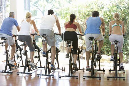 men exercising: Grupo de personas de clase en el gimnasio de Spinning