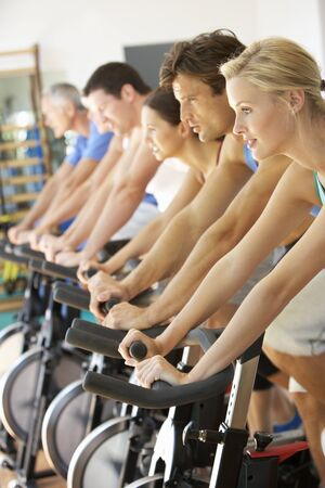 hombres haciendo ejercicio: Hombre ciclismo en clase en el gimnasio de Spinning