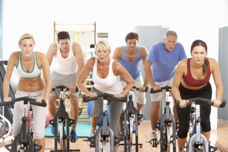 Groupe de personnes en filature de classe dans la salle de Gym