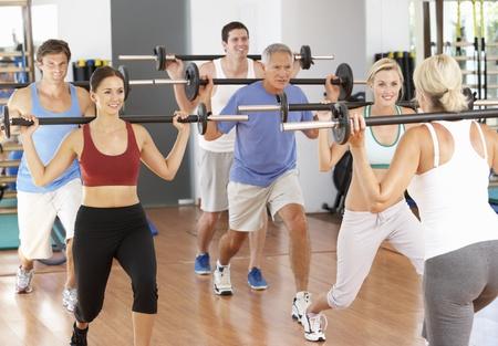 men exercising: Grupo de personas, levantamiento de pesas en el gimnasio
