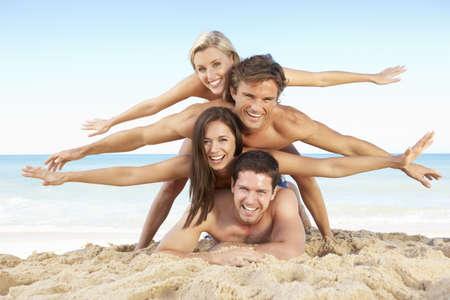 piramide humana: Grupo de amigos disfrutar de vacaciones de playa