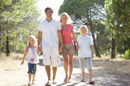 ni�os caminando: Familia, los padres y los ni�os, caminar, caminar juntos en el Parque