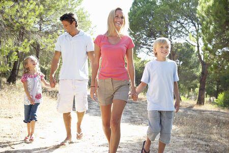 ni�os caminando: Familia, los padres y los ni�os, caminar, caminan juntos en el Parque
