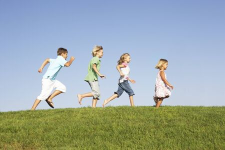 enfant qui court: Jeunes enfants traversant le champ
