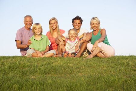 familia de cinco: Una familia, con los padres, hijos y abuelos, lo que en un campo