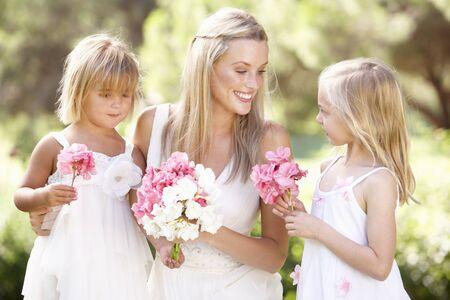 c�r�monie mariage: Mari�e Avec demoiselles d'honneur en plein air au mariage