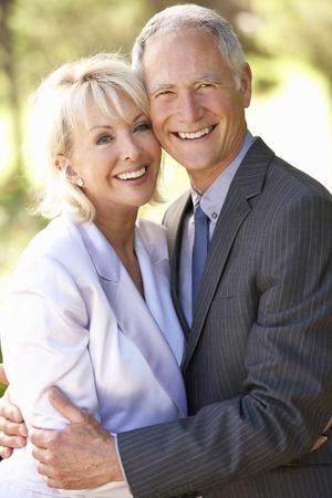 mujeres ancianas: Retrato de aire libre senior de pareja nupcial