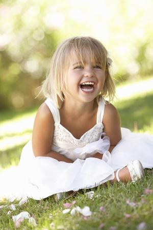 enfants qui rient: Jeune fille posant dans le parc