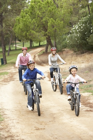 riding helmet: Familia disfrutando de paseo en bicicleta en el Parque Foto de archivo