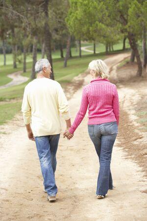 senioren wandelen: Senior paar genieten van lopen in park