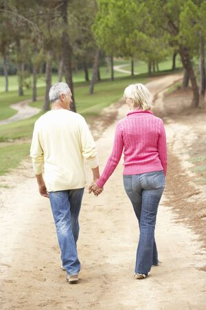 ancianos caminando: Senior pareja disfrutando de paseo en el Parque Foto de archivo
