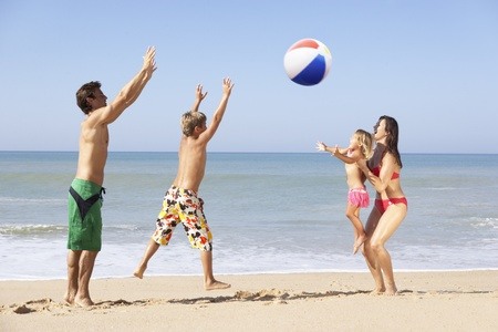 beach ball girl: Juego de familia joven en playa Foto de archivo