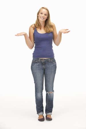 dudando: Joven plantea con hombros shrugged