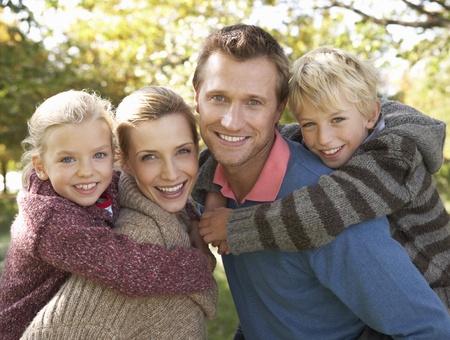 Jeune famille pose dans le parc Banque d'images
