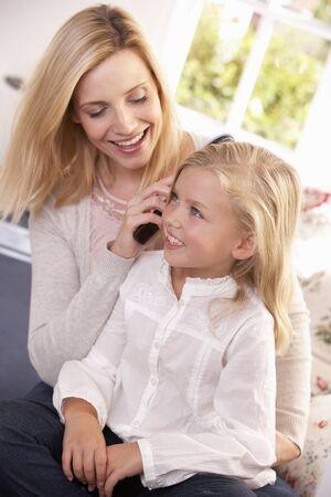 Donna capelli pettini di giovane ragazza