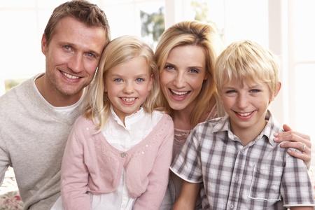 Junge Familie Pose zusammen