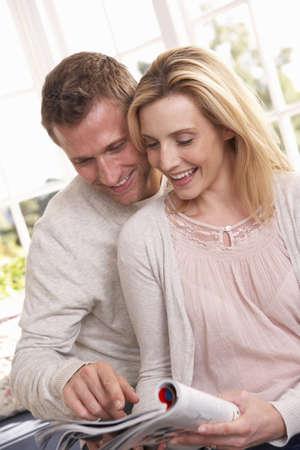 leggere rivista: Giovane coppia leggendo insieme
