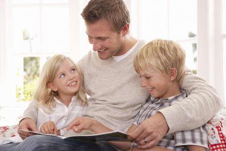 ni�os leyendo: Hombre y ni�os leyendo juntos