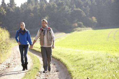campi�a: Joven pareja caminando en el Parque