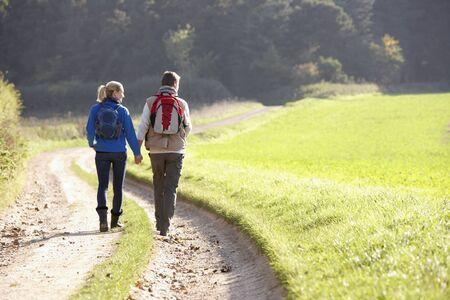 parejas caminando: Joven pareja caminando en el Parque