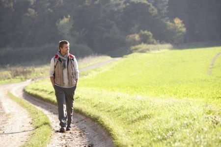 Junger Mann Spaziergänge im park
