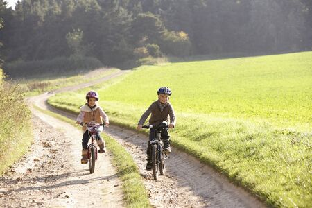 Dos ni�os montar bicicletas en el Parque Foto de archivo - 9197717