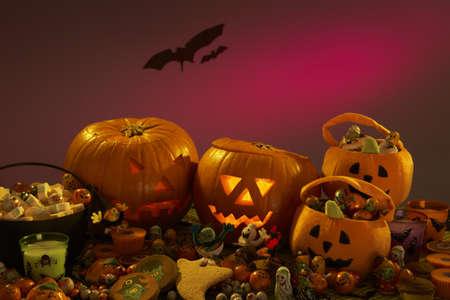 Adornos de fiesta de Halloween con calabazas talladas Foto de archivo - 9875891