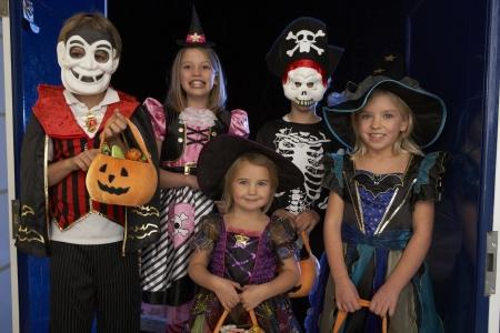 Feliz fiesta de Halloween con los niños truco o trato