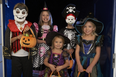 Happy Halloween party met kinderen truc of behandelen