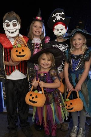 Feliz fiesta de Halloween con los niños truco o trato Foto de archivo