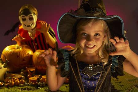 truc: Halloween feest met kinderen het dragen van schrikken kostuums