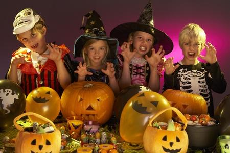 truc: Halloween feest met kinderen het dragen van mooie kostuums