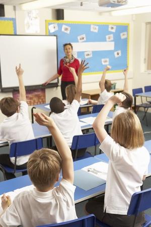 maestra ense�ando: Los escolares que estudian en el aula con profesor