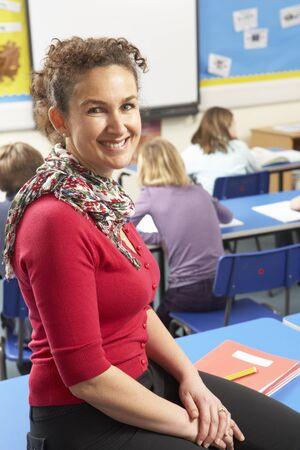 maestro dando clases: Alumnos estudian en aulas con profesor