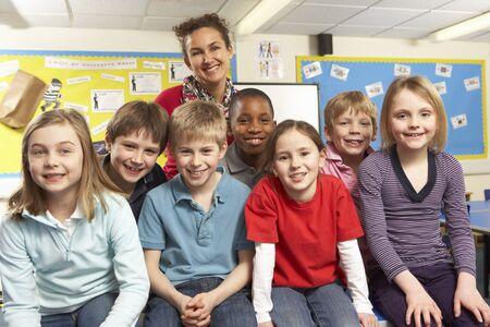 school teachers: Escolares en aula con el profesor