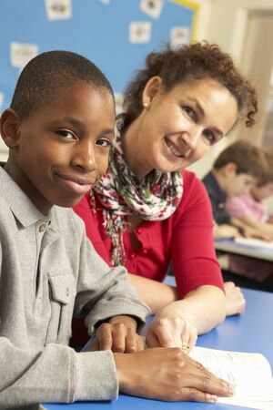 sachant lire et �crire: �colier, �tudiant en classe avec le professeur