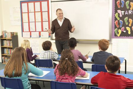 salon de clases: Alumnos estudian en aulas con profesor