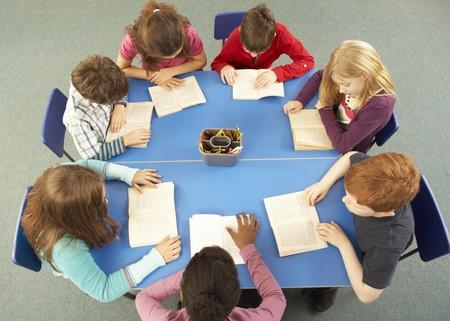 ni�os estudiando: Vista a�rea de los escolares Trabajando Juntos En El Escritorio