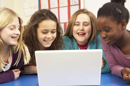 old technology: Gruppo Di Studentesse In IT Class Usare il computer